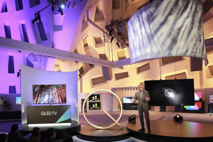 Samsung QLED z serii Q9, Q8 i Q7 to pierwsze telewizory, które dzięki technologii Quantum Dot oddają pełne natężenie kolorów niezależnie od poziomu jasności obrazu.
