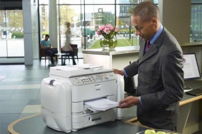 Papier kontra ekran - badania prezentują mechanizmy czytania i przyswajania tekstu, czyli dlaczego pracownicy biurowi doceniają drukowanie.