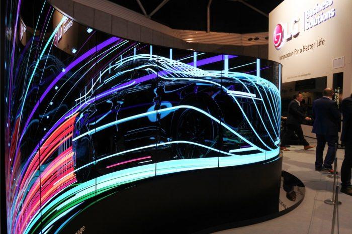 LG na targach ISE 2017, zaprezentowało innowacyjne rozwiązania digital signage nowej generacji – LG Flexible Open Frame OLED oraz Ultra Stretch LCD.