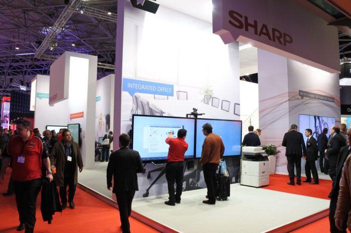 SHARP wprowadza nowe momitory BIG PAD z przyciskami chroniącymi prywatność użytkowników.