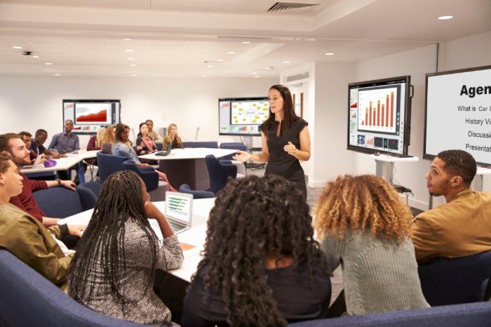 """Vision Exchange™: nowe rozwiązanie Sony zachęca do aktywnej nauki i ożywiające spotkania w firmach - Prosta obsługa techniką """"przeciągnij i upuść""""."""