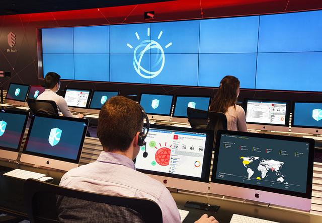 IBM Watson wspiera walkę z cyberzagrożeniami w Centrach Bezpieczeństwa Danych.