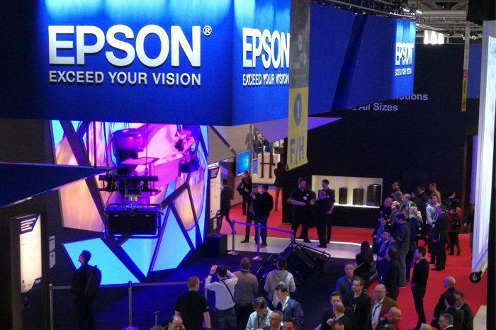 EPSON z nagrodą w kategorii Best Large Stand przyznawaną  w ramach ISE Stand Design Awards podczas targów ISE 2017 w Amsterdamie.