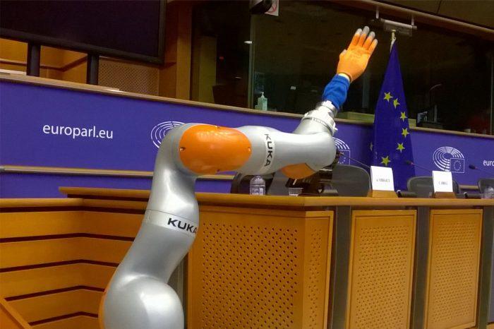 Robot - kolega w pracy. Jak zwykle, prawo nie nadąża za technologią. Na co w pierwszej kolejności powinniśmy kłaść nacisk i o co zadbać?
