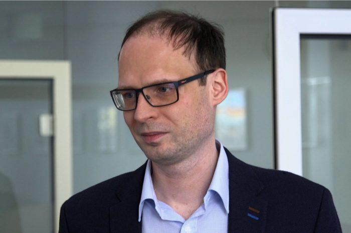 Outsourcing usług IT polegający na delegowaniu części procesów poza organizację, hamuje odpływ informatyków z polskiego rynku.