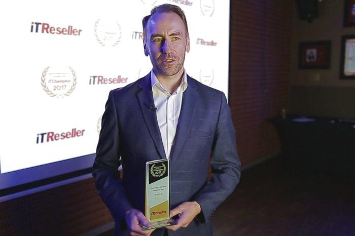 Jarosław Leśniewski - Prezes Zarządu M4B S.A. z Michałem Dołaszyńskim z Toshiba Europe GmbH odebrali nagrodę za zwycięstwo w kategorii Wdrożenie Roku 2017.