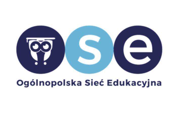 """Rada Ministrów przyjęła uchwałę w sprawie realizacji Ogólnopolskiej Sieci Edukacyjnej """"100 Mega na 100-lecie"""" - priorytetem zapewnienie wszystkim szkołom w Polsce, bezpłatnego dostępu do szybkiego Internetu."""