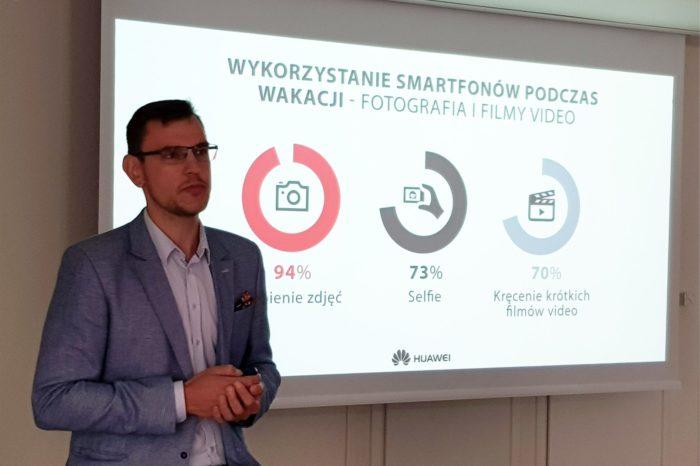 Jak korzystamy ze smartfonu podczas wakacji? Huawei zbadał, gdzie młodzi ludzie podróżują i jak ważna jest technologia w ich rękach.