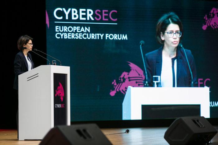Podjęliśmy decyzje o utworzeniu wojsk cybernetycznych - zapowiedział w czasie CYBERSEC Forum w Krakowie Minister Obrony Narodowej.