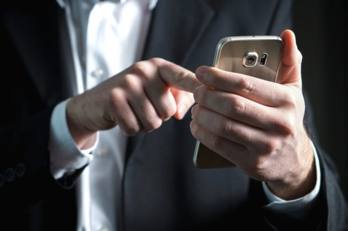 """Apple i Google zablokują możliwość śledzenia użytkowników w aplikacjach """"antykowidowych"""". Czyżby to cyfrowi giganci mieli broić obywateli przed inwigilacją ze strony państwa?"""