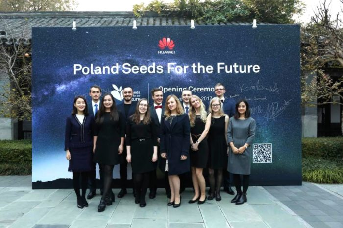 """Polscy studenci, laureaci międzynarodowego konkursu """"Seeds for the Future"""" organizowanego przez firmę HUAWEI, na warsztatach w centrali firmy w Chinach."""