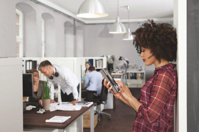 Call Center codziennie tętnią życiem. Telefony dzwonią, pracownicy obsługi klienta prowadzą rozmowy, współpracownicy dyskutują, a przełożeni szkolą nowy personel. - Jak radzić sobie z hałasem w miejscu pracy?