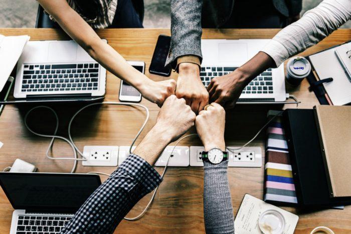 """Świat IT po koronawirusie – Pracownicy z branży IT tak bardzo polubili pracę zdalną że aż 80% specjalistów nie chce pracować z biura. Wynika z badania """"Powrót do biura"""" przeprowadzonego wśród pracowników polskiej firmy IT."""