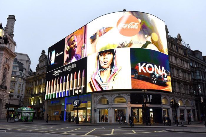 Aż 70% konsumentów zwraca uwagę na reklamy emitowane na nośnikach cyfrowych - rynek Digital Signage warty 32,84 miliardy dolarów, rośnie w tempie 7,4 proc. rocznie.