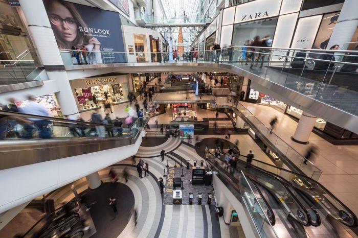 Czy tradycyjne sklepy są skazane na zapomnienie? Rewolucja związana z powszechną digitalizacją dotyczy już praktycznie każdej sfery życiowej. Digital Signage – czy naprawdę warto?
