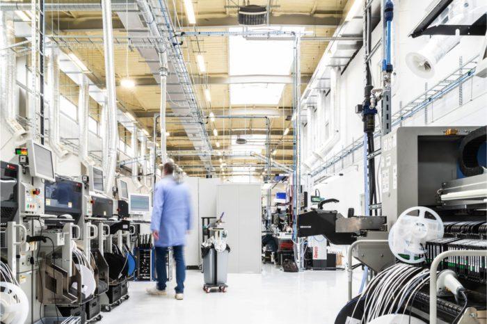 FIBARO otwiera nową fabrykę w Wysogotowie pod Poznaniem, podwajając możliwości produkcyjne urządzeń do około 4 milionów urządzeń smart home rocznie.