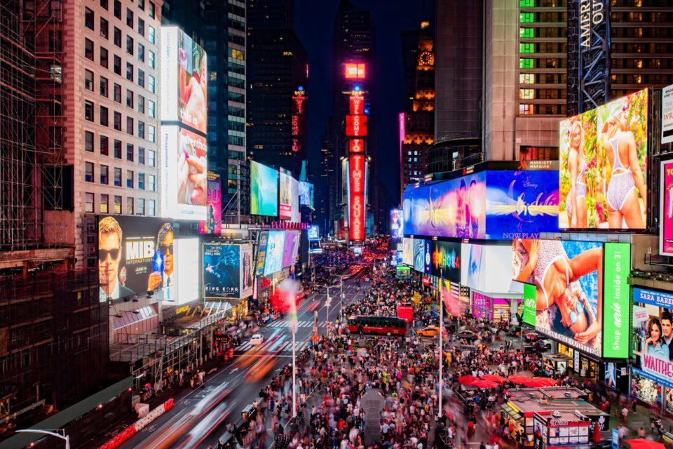 Samsung Electronics ukończył instalację ogromnych wyświetlaczy LED o wielkości pięciu kortów tenisowych, na kultowym budynku One Times Square w Nowym Jorku.