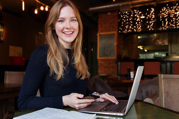 Specjalistki IT w Polsce średnio zarabiają więcej niż ich koleżanki w innych branżach. Nic dziwnego, że ponad 40 proc. kobiet przebranżowiło się, aby znaleźć zatrudnienie. Wynika z nowego raportu No Fluff Jobs.