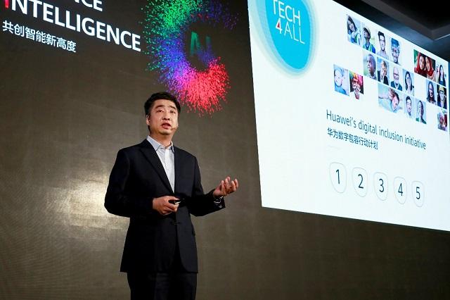 """""""Jak innowacje sprzyjające włączeniu społecznemu mogą wzmocnić świat"""" - Ken Hu na szczycie TECH4ALL, podczas Huawei Connect 2019."""