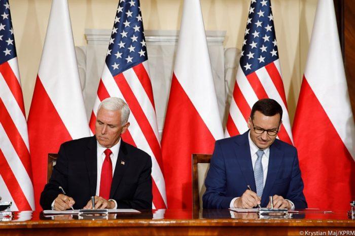 """Premier Mateusz Morawiecki i Wiceprezydent USA Mike Pence podpisali """"Wspólną deklarację Polski i USA na temat 5G"""", opowiadając się za Propozycjami Praskimi."""