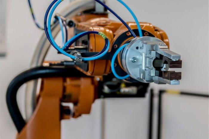Człowiek i robot – związek (bez) przyszłości? Z założenia ma być łatwiej, szybciej i wydajniej, jednak z analiz wynika, że roboty oprócz ułatwiania pracy, mogą ją też utrudniać.