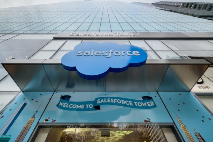 """Salesforce szykuje rewolucję w zakresie oprogramowania dla firm - asystent głosowy Einstein Voice ma być swoistą """"Alexą dla biznesu""""."""