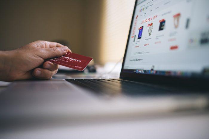 Salesforce przebadało zachowania i zakupy online dokonane przez 500 mln klientów w okresie przedświątecznym. Sprawdź co najmocniej wpływa na wzrost sprzedaży online?