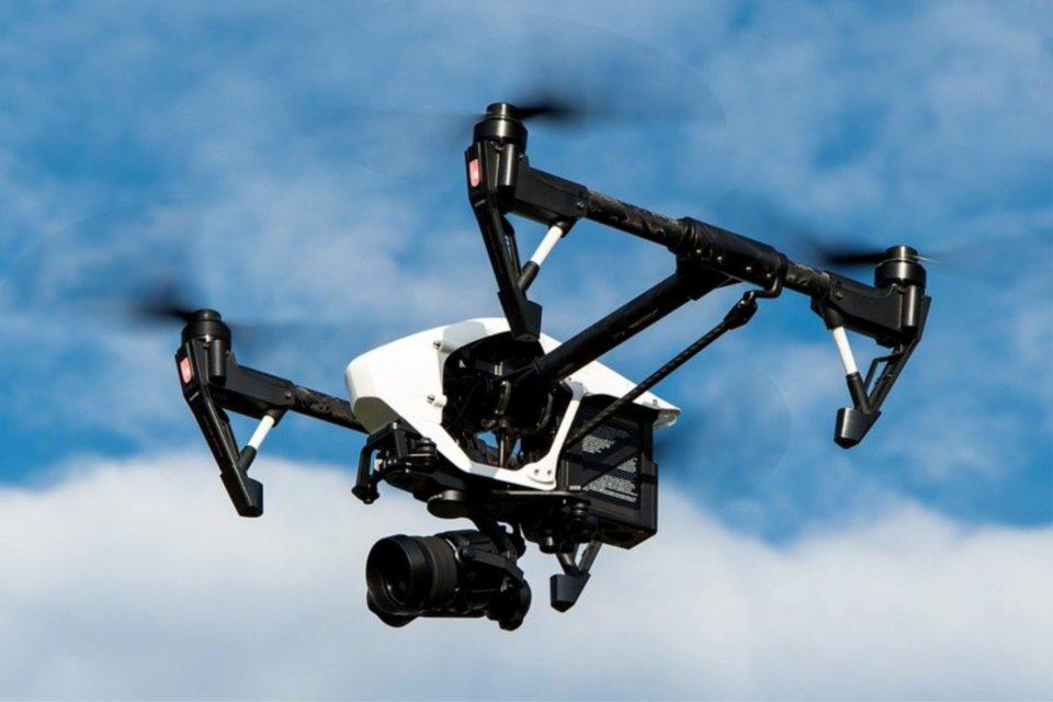 Drony coraz intensywniej opanowują przestrzeń powietrzną, są przyszłością dla wielu sektorów rynku takich jak nadzór czy transport. UE rozpoczęła akredytację dla jednostek certyfikujących bezzałogowe systemy.