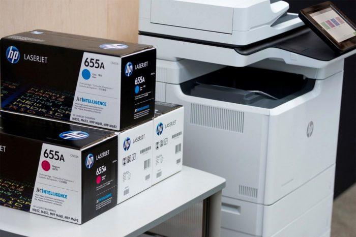 HP Inc Polska wspólnie z polskimi służbami przeciwko nielegalnej sprzedaży materiałów eksploatacyjnych, w rezultacie wspólnej akcji skonfiskowano kilka setek nielegalnych wkładów do drukarek HP.