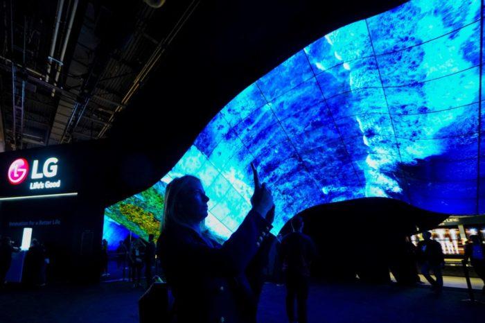 LG OLED Wave - Imponująca konstrukcja wykonana z elastycznych ekranów LG OLED otwiera strefę LG podczas targów CES 2020 w Las Vegas.