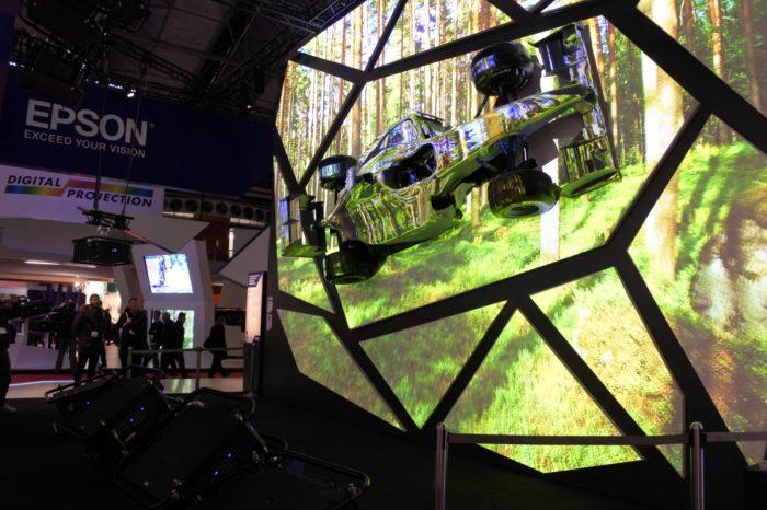 Epson podczas targów ISE 2020 w Amsterdamie, przygotował spektakularny pokaz EpsonUnboxed oraz zaprezentował nowy projektor o mocy aż 30 tys. lumenów.