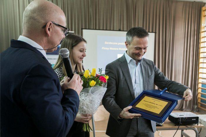 Szkoła Podstawowa w Górnikach z nowym Centrum Edukacji Multimedialnej, którego wyposażenie sfinansowała NEXERA, pierwszy wPolsce operator hurtowy światłowodowej sieci dostępowej o dużej skali.