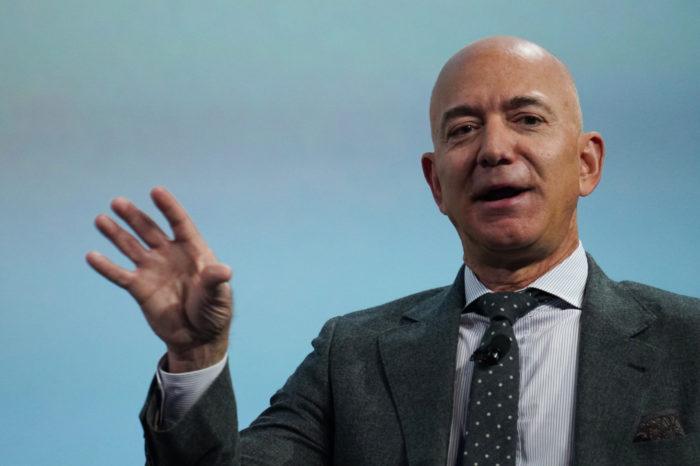 Jeff Bezos, CEO Amazonu, założył fundację Bezos Earth Fund działającą na rzecz środowiska, przeznaczając na jej start 10 miliardów dolarów.