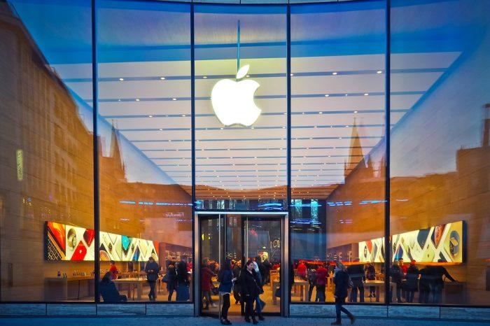 Apple ponownie zamyka swoje sklepy stacjonarne w USA. Łącznie 77 placówek, w różnych stanach, zostanie zamkniętych z powodu epidemii.