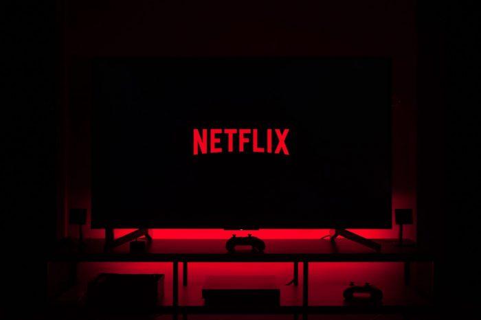 Netflix zyskuje na popularności w efekcie pandemii - firma podwoiła liczbę subskrybentów w swoich szacunkach, ale zastrzega, że po ustąpieniu wirusa fala nowych rejestracji może opaść.