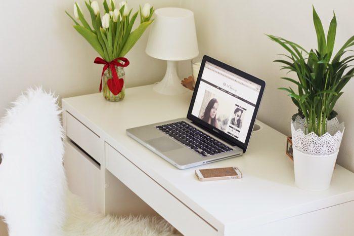 Kilka ważnych zasad dotyczących pracowania z domu, które mogą przydać się teraz niemal każdemu. Microsoft przekonuje: praca z domu może być efektywna i przyjemna.