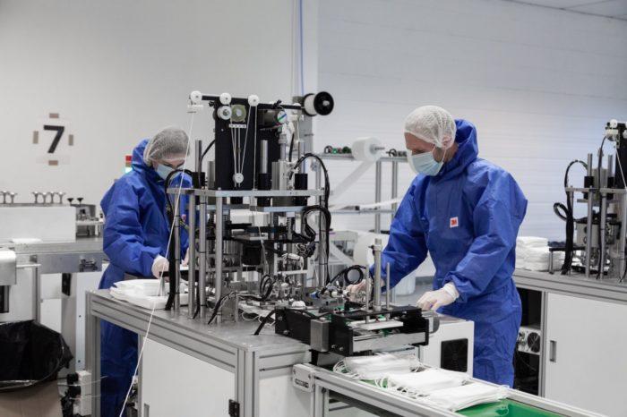 Specjaliści Samsung Electronics Poland Manufacturing (SEPM) przekazali swój know-how firmie PTAK,trzykrotnie zwiększając efektywność linii produkcyjnej szyjącej maseczki.