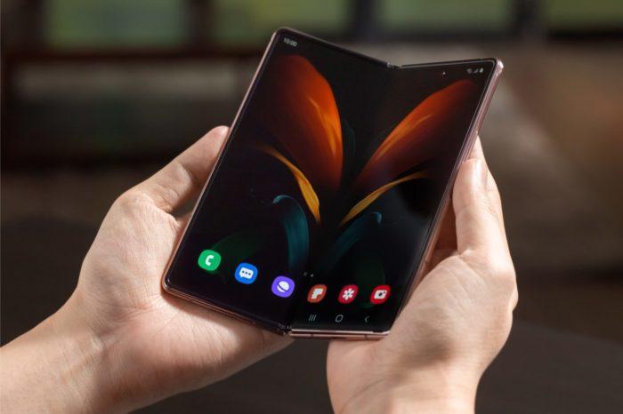 """Samsung ma w tym roku kontrolować 80% rynku składanych smartfonów. Seria Galaxy Flip ma szansę na zostanie najlepiej sprzedającym się """"składakiem"""" w tym roku."""