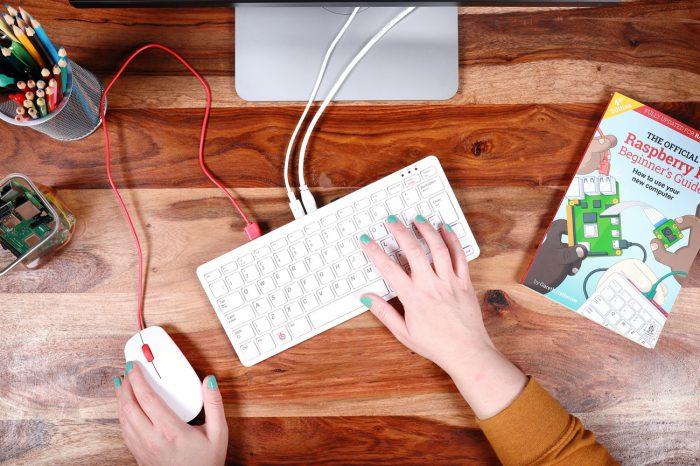 Pamiętasz czasy kiedy cały komputer mieścił się w klawiaturze? Ta koncepcja powraca w nowym Raspberry Pi 400.
