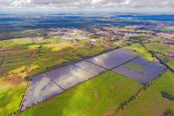 Hitachi ABB Power Grids ogłosiła, że została wybrana przez firmę Windtel do dostarczenia stacji elektroenergetycznej wysokiego napięcia, która ma przyłączyć do sieci największą elektrownię fotowoltaiczną w Polsce.
