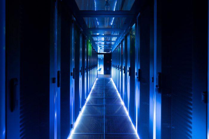 Elastyczna i modułowa infrastruktura zasilania staje się kluczowa w centrach danych i serwerowniach, ponieważ pozwala dopasowywać zasilanie do zmian zapotrzebowania, bez konieczności zatrzymywania systemów.