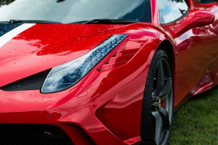 Ferrari nie boi się planów Unii Europejskiej dotyczących zakazu sprzedaży aut z silnikami spalinowymi do 2035 roku. Włoska firma widzi swoją szansę w autach elektrycznych.