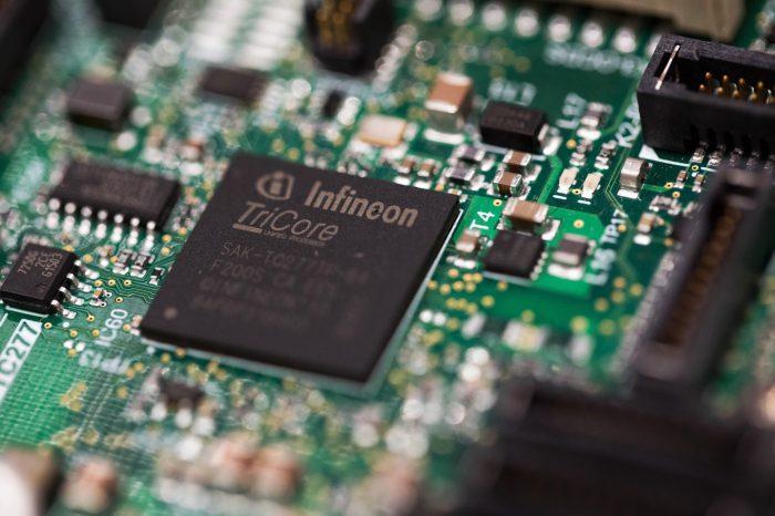 Niemiecki Infineon potwierdza, że przerwy w produkcji w jego dwóch fabrykach uderzyły w branżę motoryzacyjną.